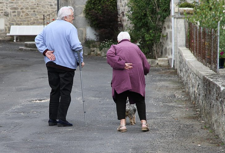 Un couple seniors dans un centre de soin